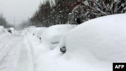 华盛顿大雪后埋在雪底下的汽车