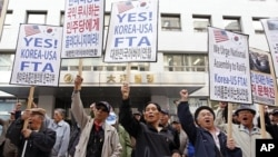 Conservative protesters shout slogans during a rally supporting the South Korea-U.S. free trade agreement (FTA) talks near the National Assembly in Seoul November 1, 2011.