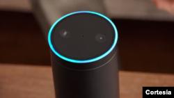 """Echo de Amazon está diseñado para trabajar con la voz. Siempre esta encendido y solo hay que decir """"Alexa"""" para pedir información."""