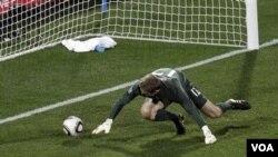 Kiper Inggris Robert Green gagal menepis bola tendangan pemain Amerika Clint Dempsey pada pertandingan Piala Dunia Grpup C, 12 Juni. Green harus lebih ketat menjaga gawannya agar Inggris menang melawan Aljazair agar bisa lolos putaran kedua.