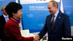 지난 9월 러시아 상트페테르부르크에서 열린 G20 정상회담에서 한-러 정상이 양자회담이 열린 가운데, 블라디미르 푸틴 러시아 대통령(오른쪽)과 박근혜 한국 대통령이 악수하고 있다.