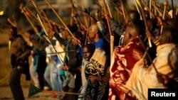 Des mineurs en grève chantant des slogans lors d'une marche dans le canton Nkaneng devant la mine Lonmin à Rustenburg le 14 mai 2014.