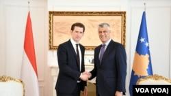 Kancelar Austrije Sebastijan Kurc i predsednik Kosova Hašim Tači prilikom susreta u Prištini (Foto: VOA)