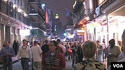 Turistas y residentes caminan por la transitada calle Bourbon en Nueva Orleans.