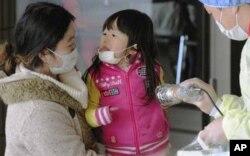 日本母女接受核辐射检查