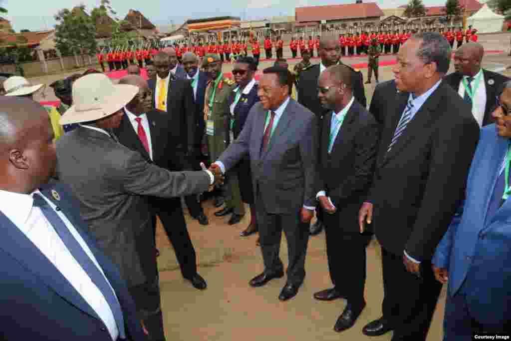 Augustine Mahiga akitambulishwa na Rais wa Tanzania John Magufuli kwa Rais Yoweri Museveni.