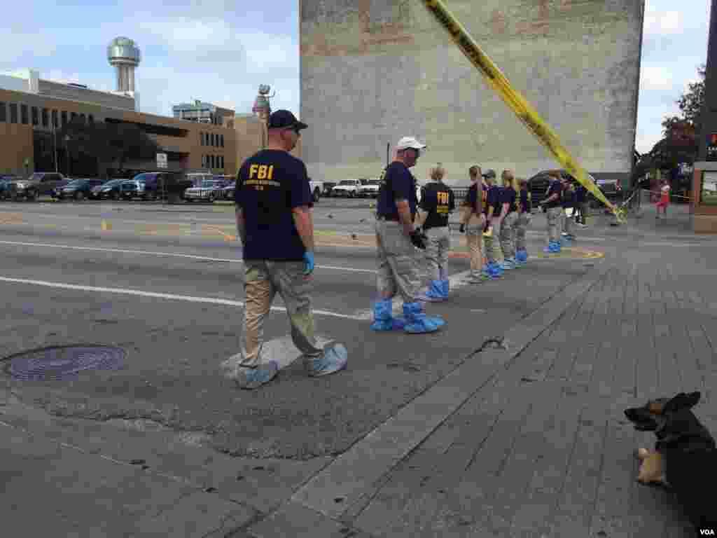 FBI busca pruebas sobre la calle en donde ocurrió la matanza de 5 policías en Dallas, Texas; un estado que en 2011 registraba 55,386 polícías activos, 20,000 agentes menos que en California, donde en el mismo período fueron asesinados 103 oficiales.