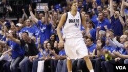 Bintang Dallas Mavericks Dirk Nowitzki menjelang menit-menit terakhir pertandingan pertama final Wilayah Barat NBA melawan Oklahoma City Thunder di Dallas hari Selasa (17/5).