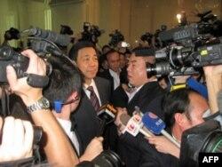 薄熙来在进入人大会堂重庆厅时受到记者包围