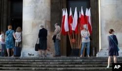 Warga antre untuk memberikan suara sambil tetap menjaga jarak dalam Pilpres di Warsawa, Polandia, 28 Juni 2020. (Foto: dok).