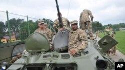 Военнослужащие США осматривают украинский БТР после церемонии открытия учений «Рэпид Трайдент-2015». Украина, 20 июля 2015.