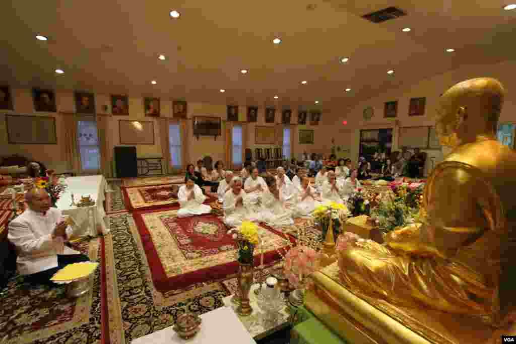 Cambodian-American buddhists pray for Khmer Rouge victims during a memorial service at the Wat Buddhikaram Cambodian Buddhist temple in Silver Spring, Maryland, to mark the 40th anniversary of the takeover of the Khmer Rouge, on Friday, April 17, 2015. (Sophat Soeung/VOA Khmer)