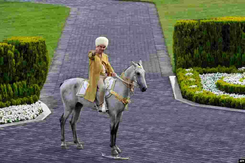 رئیس جمهوری ترکمنستان سوار بر اسب آخال تکه آماده شرکت در مراسم روز جشن ملی اسب اصیل ترکمن در عشق آباد ترکمنستان
