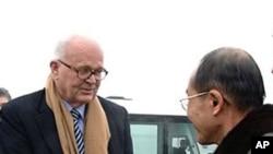 北韩官员在机场迎接美国特使博斯沃思