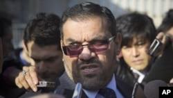 Anas al-Abdeh, uno de los participantes en la reunión por la oposición siria, habla con la prensa en Ginebra.
