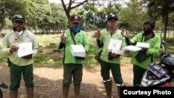 Melting Pot Community menyalurkan bantuan berupa lunch box ke para penggali kubur di TPU Pondok Ranggon 17 April lalu (foto: courtesy).