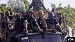Sekelompok tentara Nigeria berpatroli memantau keamanan dengan truk (foto: dok).