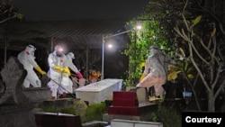 Tim TRC BPBD DIY melakukan pemakaman jenazah pasien COVID 19 di Yogyakarta, Minggu (27-6) malam. (Foto: dok/TRC BPBD DIY)