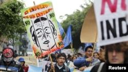 Para pengunjuk rasa menyerukan slogan yang menyuarakan penolakan atas permohonan pengampunan bagi mantan Presiden Alberto Fujimori di pusat ibukota Peru, Lima (22/11).