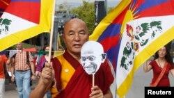 지난 2일 스페인 바르셀로나에서 간디의 생일을 맞아 티베트와 베트남, 버마 승려들이 참석한 평화 시위가 열렸다. (자료사진)
