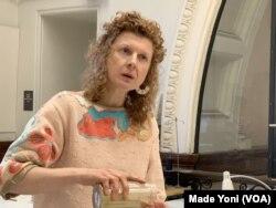 Valeska Populoh, dosen Jurusan Fiber MICA. (Foto: VOA/Made Yoni)