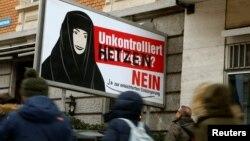 """Une affiche contre le référendum """"Naturalisations incontrôlées? NON"""" à Zurich, Suisse, le 19 janvier 2017."""