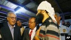Utusan PBB-Liga Arab Lakhdar Brahimi (kiri) berbicara dengan beberapa pengungsi di kamp Altinozu, Hatay, Turkey selatan, Selasa (18/9).