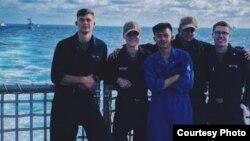 Jovan Zachary Winarno (tengah) saat sedang tugas berlayar (dok: Jovan)