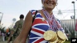 Una aficionada británica camina por el Olympic Park de Londres llevando colgadas medallas de chocolate antes de la Ceremonia de Clausura.
