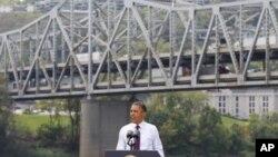 美國總統奧巴馬在辛辛那提市一座年久失修的橋樑下為他的經濟政策發表講話。