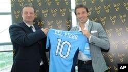 Mantan gelandang klub Juventus Alessandro Del Piero, kanan, berfoto bersama CEO Klub Sepakbola Sydney Tony Pignatta di Turin, Italia (foto: 5/9/2012).