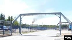 俄罗斯西伯利亚北部一家石化厂烧掉多余的天然气。(美国之音 白桦)