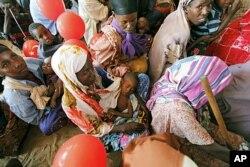 Des mamans attendant dans un dispensaire du Camp de Seyidka, à Mogadiscio