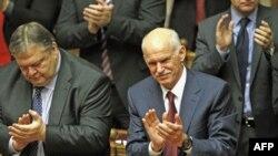 Thủ tướng Hy Lạp George Papandreou (phải) và Bộ trưởng Tài chánh Evangelos Venizelos vỗ tay sau khi giành chiến thắng trong cuộu biểu quyết tín nhiệm tại Quốc hội Hy Lạp, ngày 5 tháng 11, 2011