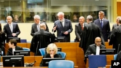 Hàng sau từ trái qua: Jadranko Prlic, Bruno Stojic, Slobodan Praljak, Milivoj Petkovic, Valentin Coric và Berislav Pusic trước buổi xét xử ở Hà Lan, 29/4/2013. (AP Photo/Jiri Buller, Pool)