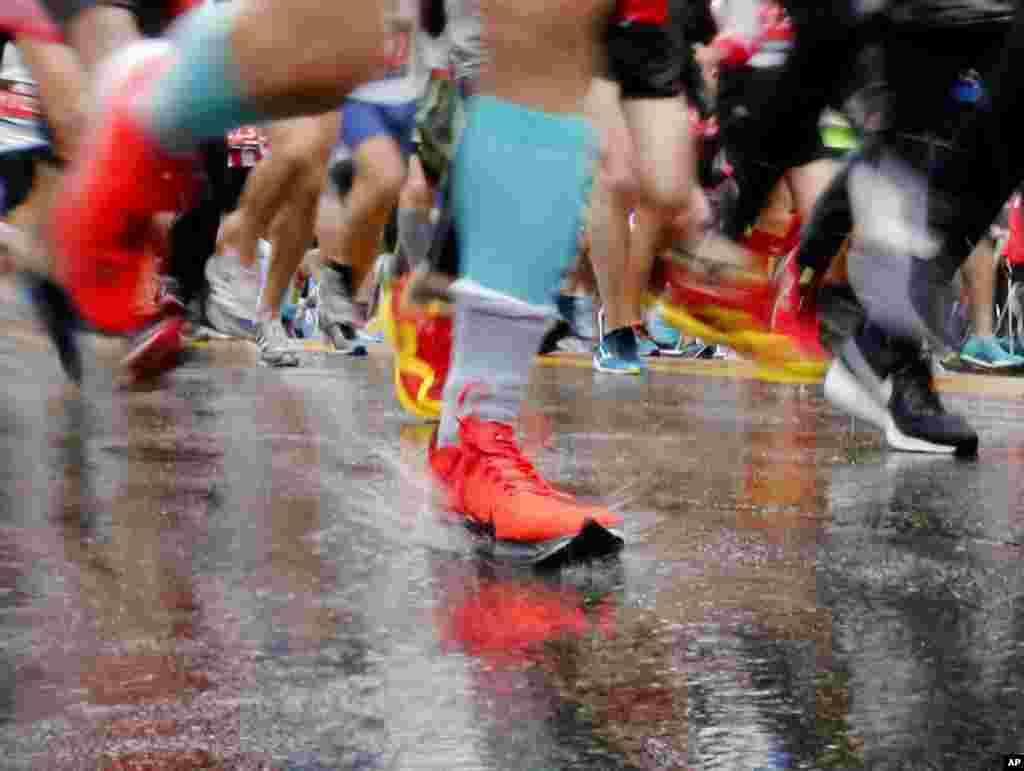 Участники Бостонского марафона (AP Photo/Mary Schwalm)