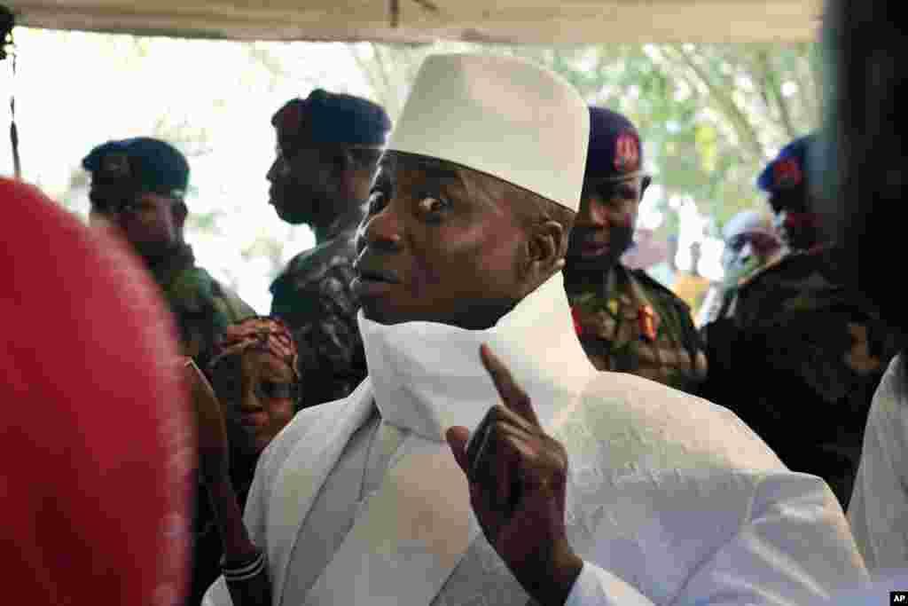 Le président de la Gambie, Yahya Jammeh, montre son doigt avant de voter à Banjul, en Gambie, le 1er décembre 2016.