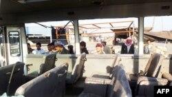 Xe chở khách bị hư hại sau vụ nổ bom trong khu vực phía bắc Sadr City, ngày 5/1/2012