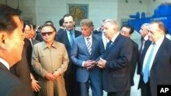 21일 오전 극동지역 최대 수력 발전소인 '부레이 발전소'를 방문해 설명을 듣고 있는 김정일 국방위원장