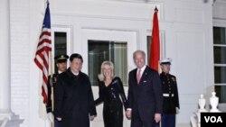 Wapres AS Joe Biden dan isterinya, Jill Biden menyambut Wapres Tiongkok Xi Jinping pada acara makan malam di Washington (14/2).