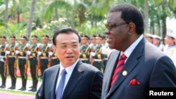 Perdana Menteri Namibia Hage Geingob dan Perdana Menteri China Li Keqiang (kiri) di Sanya, provinsi Hainan, April 2014.