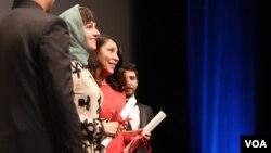 آیدا پناهنده کارگردان فیلم ناهید در مراسم دریافت جایزه