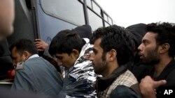 Izbeglice ulaze u autobus u grčkom mestu Moria , na ostrvu Lezbos (arhivska fotografija)