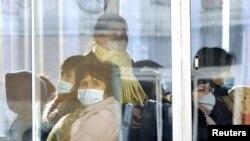 지난 22일 북한 평양에서 버스 승객들이 마스크를 쓰고 있다.