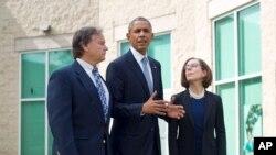 Presiden Amerika Barack Obama (tengah) diapit oleh Gubernur Oregon Kate Brown (kaan) dan Walikota Roseburg Larry Rich (kiri) usai pertemuan dengan keluarga korban penembakan di Umpqua Community College, Roseburg, Oregon (9/10).