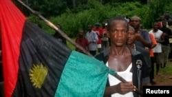 Un homme porte un drapeau pro-Biafra lors d'un défilé dans le village de Ekwe, près de Enugu, au sud-est du Nigeria.