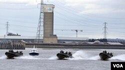 Polisi dan Marinir Inggris melakukan latihan bersama dalam persiapan pengamanan Olimpiade 2012 di Sungai Thames di London (19/1). Isu keamanan olimpiade 2012 terus menjadi perhatian pihak berwajib Inggris.