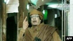 Kaddafi görevden ayrılmayacağını sert bir açıklamayla bildirmiş ve protestoculara hakaret etmişti