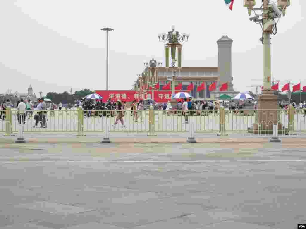 六四事件25周年上午的天安门广场,游人明显减少。不时能看到列队巡逻的武警在广场上穿行。(美国之音东方拍摄)
