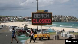 کرونا وائرس کا پھیلاؤ روکنے کے لیے آسٹریلیا میں تمام عوامی مقامات بند کر دیے گئے ہیں اور لوگوں کو گھروں میں رہنے کی ہدایت کی گئی ہے۔ یکم اپریل 2020